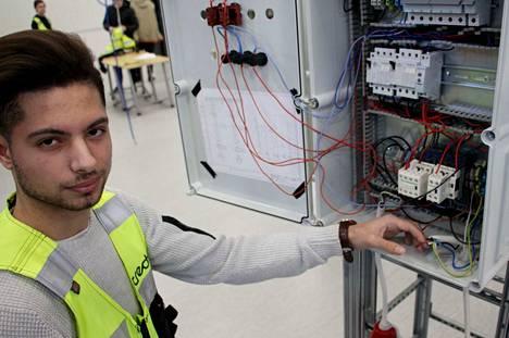 Sähköasentajaksi opiskeleva Ali Al-Zeiny aikoo hakea valmistumisensa jälkeen ammattikorkeakouluun lukemaan sähköinsinööriksi.