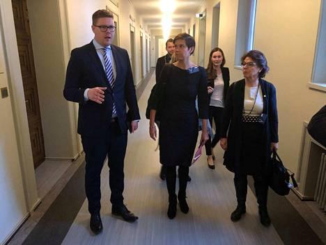 Sdp:n eduskuntaryhmän puheenjohtajan Antti Lindtmanin kanssa oppositiojohtajien neuvotteluun marssivat myös Tehyn johtava lakimies Vappu Okkeri ja Superin puheenjohtaja Silja Paavola.