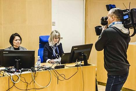 Oulun syyttäjäviraston syyttäjät Katri Junnikkala-Heikkinen (vas.) ja Sari Anttonen vaativat Kittilän kuntapäättäjille vankeusrangaistuksia törkeistä virka- ja työrikoksista kunnanjohtajan irtisanomisen yhteydessä.