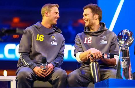 Los Angeles Ramsin Jared Goff (vas.) ja New England Patriotsin Tom Brady heittivät herjaa Super Bowlin -mediatilaisuudessa Atlantassa. Kun ottelu lähestyy, vitsit jätetään vähälle.