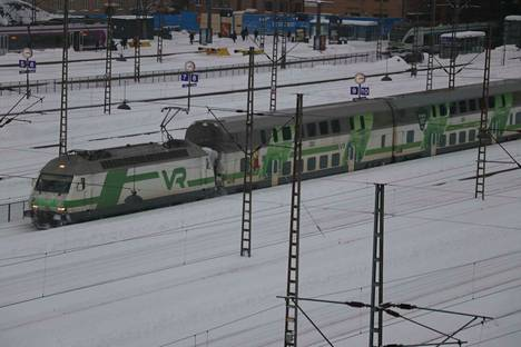 Kovat pakkaset voivat esimerkiksi vaikuttaa junavaunujen paineilmalla toimiviin oviin ja lumi sekä jää saattavat estää ratojen vaihteiden kääntymisen ilman, että niitä käydään putsaamassa.