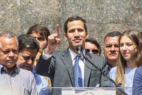 Tilanne Venezuelassa on sekava. Yhdysvaltojen tukema oppositiojohtaja, parlamentin puhemies Juan Guaidó julistautui viikko sitten virkaa tekeväksi presidentiksi.
