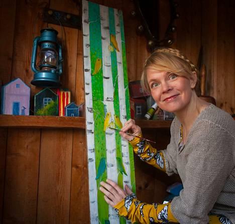 Heli Laaksonen maalaa naivistiseen tyyliin eläimiä ja kasveja luonnonmateriaaleihin.