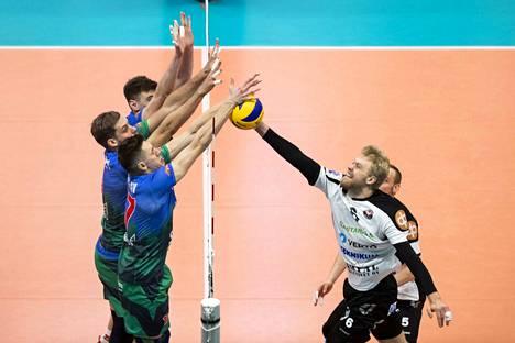 VaLePan Erik Sundberg yritti päästä läpi tiiviin venäläispuolustuksen.
