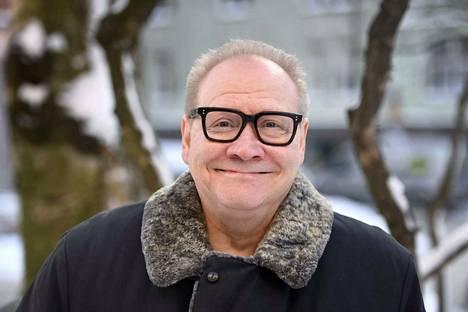 Kirjailija Jari Tervo sai 60-vuotislahjakseen kirjan.