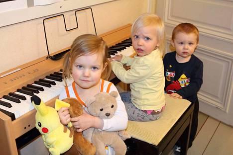 """Elsa, Emma ja Topi saivat soittaa """"leikisti""""."""