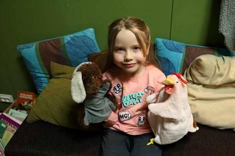 6-vuotias Elviira nappasi kuvaan mukaan kana- ja koirakäsinuket.
