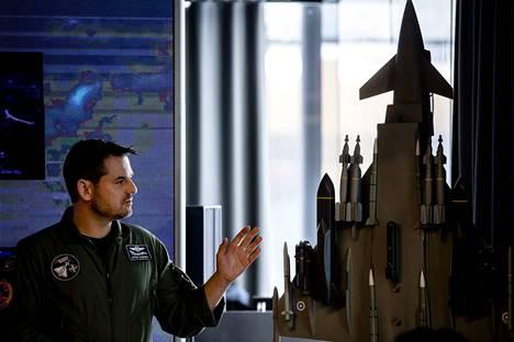 Saksalaislentäjä Raffael Klaschka esitteli Eurofighteriä torstaina Helsingissä.