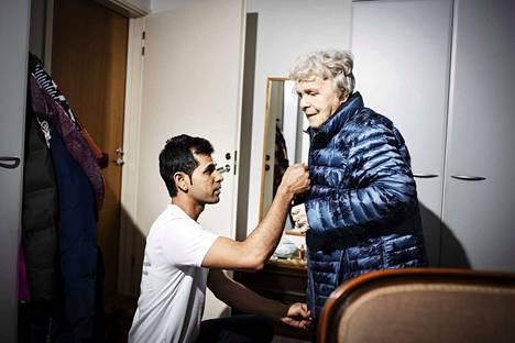 Shiv Sharman mukaan kotihoitajat hoitavat paljon perheen tehtäviä. Aunen, 90, kanssa Shiv käy esimerkiksi kaupassa. Välillä asiakkaiden kanssa voidaan käydä vaikka teatterissa.