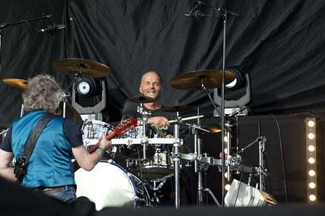 Aky Syrjä kykenee istumaan useammalla rumpalinpallilla yhtä aikaa.