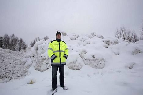 Helmuntiellä Sassissa on Valkeakosken ainoa lumenkaatopaikka. Timo Lamminpää kertoo, että ennen puomin asennusta alueelle tuotiin myös risuja ja maa-ainesta - siis asioita, jotka eivät sinne kuulu.