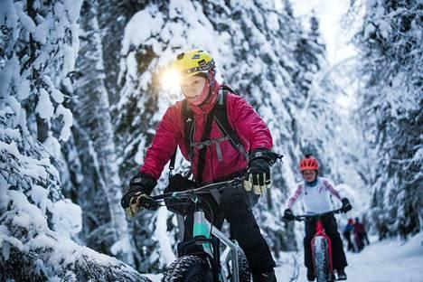 Kuutti Heikkilä vetää pyöräilijäletkaa Rovaniemen Ounasvaaran poluilla. Hänen mielestään aloittelijan on jopa helpompi ajaa maastossa talvella kuin kesällä, sillä lumi tasoittaa kivikot ja peittää juurakot.