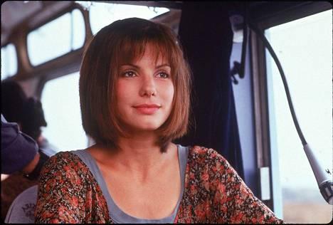 Sandra Bullock yrittää pelastaa bussilastillisen matkustajia pommilta Speed-toimintaelokuvassa.