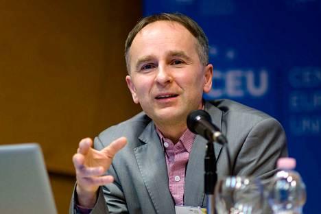 Professori Zsolt Enyedi on yksi monista, jotka on esitelty negatiivisessa valossa hallitusta kannattavissa lehdissä.