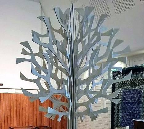 Uusi kastepuu on pystytetty Kappelikirkkoon. Oksille ripustetaan sydämiä, joissa on tänä vuonna kastettujen lasten nimet.