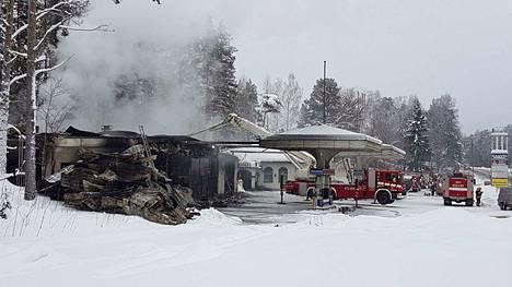 Entinen huoltoasemarakennus tuhoutui täysin tulipalossa Harjunsalmella. Rakennuskompleksin toisella sivulla ollut ravintolatila säästyi liekeiltä, mutta kärsi vesivahingoista.