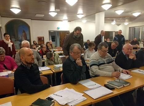 Taukoliikunta oli taattu kirkkovaltuuston ensimmäisessä kokouksessa, sillä valtuutetut kävivät monta kertaa viemässä äänestyslippuja äänikulhoon. Kuvassa vasemmalla valtuuston varapuheenjohtajaksi valittu Joni Kumlander ja oikealla kirkkoneuvoston varapuheenjohtaja Erkki Eteläniemi.