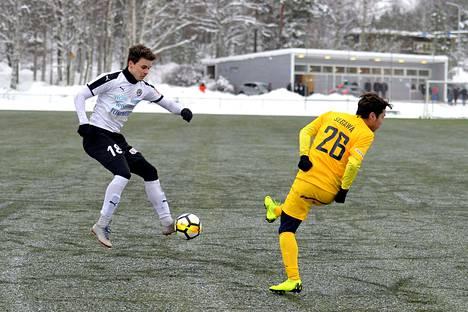 FC Hakan keskikentän taistelija Joona Tapani täräytti kaukolaukauksella viime hetken voittomaalin. Kuvassa myös AC Oulun Fugo Segawa.