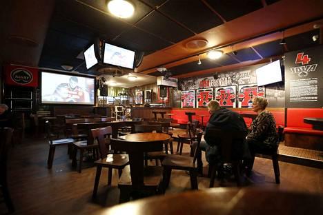 Porilaisen Pub Winstonin kiekkokatsomossa ei ole tällä hetkellä ruuhkaa. Anne Särkioja (oik) pistäytyi poikansa Aleksin kanssa ruokailun jälkeen paikalla.