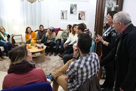 –Opettelemme kohtaamaan toisemme ihmisinä, sanoo ohjelman vetäjiin kuuluva palestiinalainen opettaja Suad Younan (toinen oikealla). Younan kutsui ryhmänsä kotiinsa.