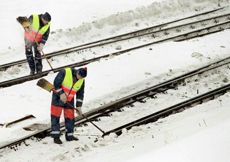 Talviset sääolosuhteet vaikeuttavat ratojen ja junakaluston kunnossapitoa. Arkistokuva.