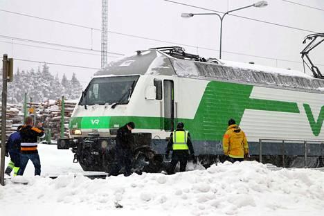 Kaivurin harjaosa osui kuvan matkustajajunan etuosaan, ja veturi vaurioitui vasemmasta etukulmasta.