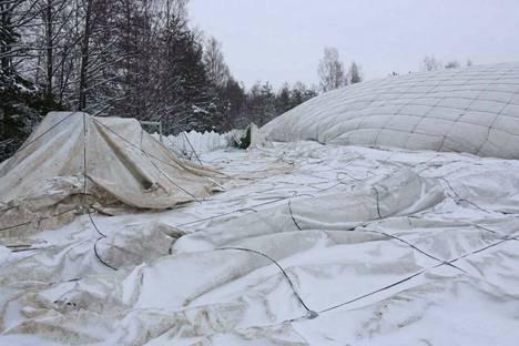Halli romahti myös viime vuonna lumen painosta.
