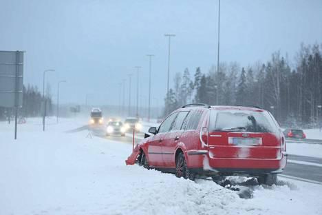 Henkilöauto törmäsi aura-auton perään Läntisellä kehätiellä sunnuntaina iltapäivällä. Auto vaurioitui, vaikka nopeus onnettomuushetkellä oli hiljainen.