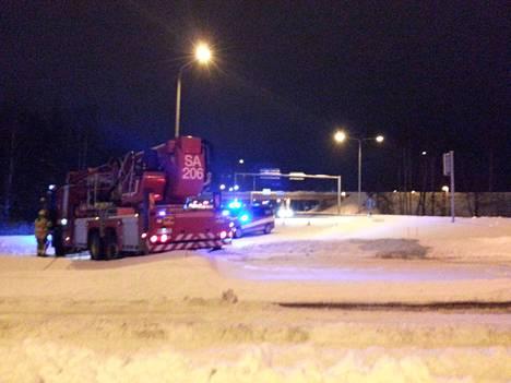 Pelastuslaitos auttoi neljä rekkaa jumista ja ohjasi liikennettä Porintiellä Raumalla sunnuntaina.
