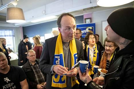 Perussuomalaisten puheenjohtaja Jussi Halla-aho jakoi nimikirjoituksia Porissa.