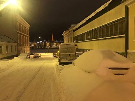 Porin keskustan kadut olivat sunnuntai-iltana paikoin hyvin lumisia.