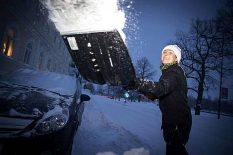Terhi Suutari nauttii talvesta ja lumitöistä ihan todella. Porin metsässäkin hän rämpii hangessa, ei auratuilla poluilla. Auton esille kaivaminen lumesta teetti töitä yli kaksi tuntia.