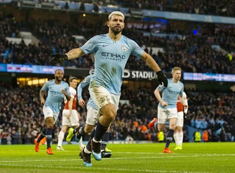Sergio Agüero oli kentän kuningas Manchester Cityn voittaessa Arsenalin 3-1. Kuvassa hän juhlii ensimmäistä osumaansa.