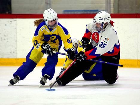 Elina Raesola teki NoU:n avausmaalin Raisiossa. Kotijoukkue RNK aiheutti NoU:lle kauden ensimmäisen tappion selvin lukemin 7–2.