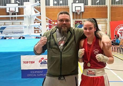 Valmentaja Jani Sorola ja Jenni Rask tuulettavat voittoa. Rask iski vakuuttavan turnausvoiton junioreiden TUL-turnauksessa Lahdessa AT-57 -sarjassa.
