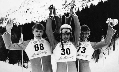 Ernst Vettori (kesk.) voitti maailmancupin kisan Sveitsin St. Moritzissa helmikuussa 1985. Toiseksi tuli Matti Nykänen (vas.) ja kolmanneksi Jens Weissflog.