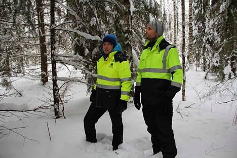 Janne Vaittinen ja Jyri Hakulinen UPM:ltä kertovat, että hakkuualueeksi merkityllä Lotilan lenkin polunvarsialueella estetään kulkeminen noin kahdeksi viikoksi. Työt järven lounaisrannan ja teollisuusalueen välillä alkavat helmikuun puolivälissä.