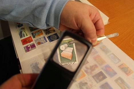 Postimerkkinäyttely on Torikeskuksen aulassa Vammalassa ystävänpäivänä 14. helmikuuta.