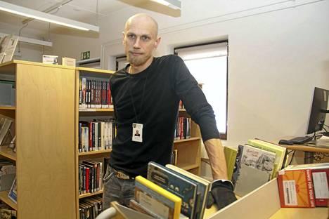 Kirjastonhoitaja Sami Salosen mukaan kahden ensimmäisen tunnin aikana kirjaston väistötiloissa riitti vipinää.