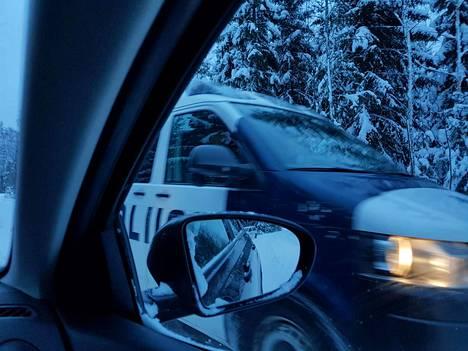 Poliisipartioita nähtiin taas tämän viikon maanantaina Kaapelinkulman kaivokselle vievällä tiellä. Kuva on viime tiistailta.