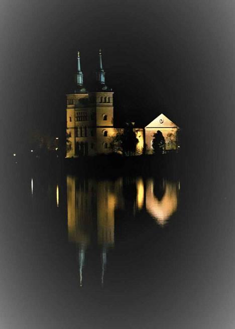 Petri Niittymäen kuvaama Tyrvään kirkko iltavalaistuksessa on Postimerkin päivän postikortin aiheena.