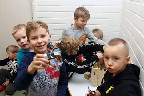 Uusi ritarilinna on poikien suosikki. Ritareilla leikkivät Oliver, Urho, Juho, Frans, Kasper ja Jesse.