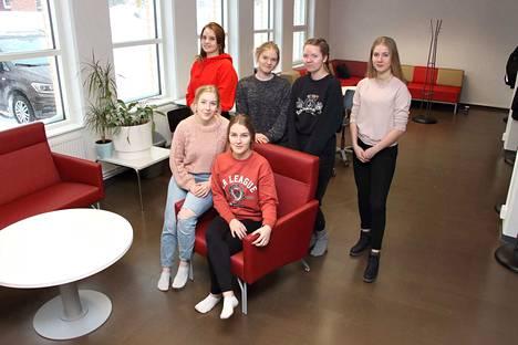 Oona Majuri, Tyyne Vuorela, Hilla-Kaisa Haukijärvi, Nanna Rajala, Tiia Marttila ja Essi Harju suunnittelivat porukalla lukion laajennusosan kalustuksen.