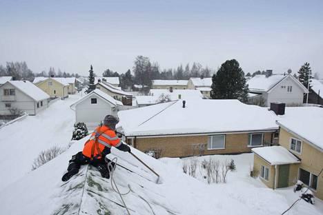 Ilmatieteen laitoksen mukaan lumikuorma ei ole Pirkanmaan omakotitalojen katoilla vielä niin suuri, että sitä tarvitsisi poistaa.