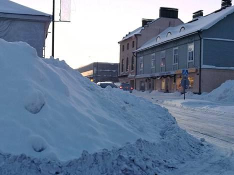 Näetkö auton? Näin huono näkyvyys oli keskiviikkoaamuna Valkamakadun ja Marttilankadun risteyksessä.