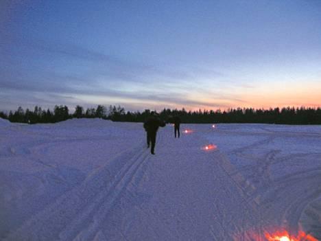 Lavian Karhijärvellä ulkoillaan isolla joukolla helmikuussa. Kuvituskuva.