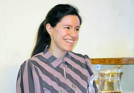 Kirjailija Siiri Enoranta on tunnettu siitä, että hän luo jokaiseen kirjaansa aina kokonaan uuden maailman.
