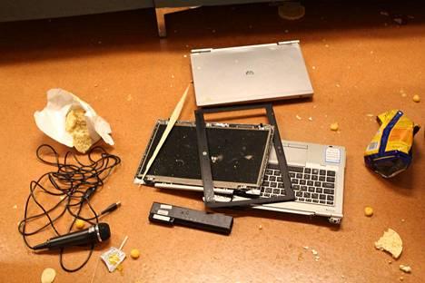 Myös tietokoneita on hajotettu.