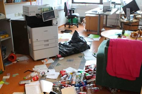 Näky Nuorisotila Nuksussa on järkyttävä. Paikat on sotkettu ja tavaroita ja elektroniikkaa rikottu.