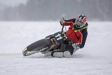 Rakkautta jääspeedwayajoon Mikko Mäkisellä löytyy sitenkin, että hän pitää itse Veijonlahden ovaalirataa auki lähes jokaisen tuulen ja tuiskun jälkeen. Se onnistuu, kun hän perii aurauskuluja radan käyttäjiltä.